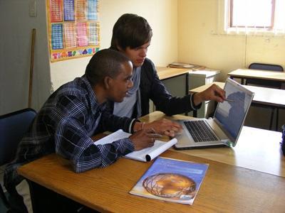 Due volontari del progetto di sviluppo internazionale svolgono ricerche in Sudafrica