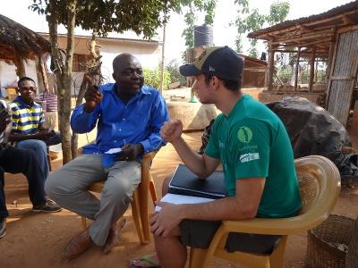 Un volontario del progetto di Sviluppo Internazionale durante le attività con la comunità in Togo