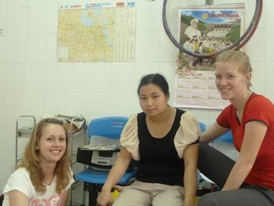 Due volontarie durante un colloquio con una ragazza del posto per il progetto di sviluppo internazionale in Vietnam