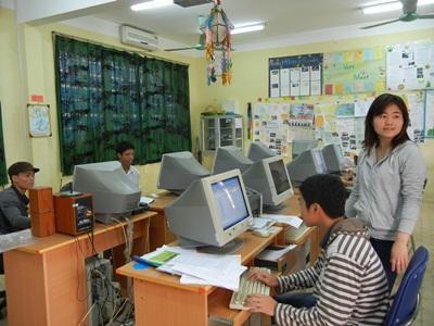 Alcuni volontari nell'ufficio del progetto di sviluppo internazionale ad Hanoi