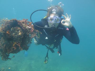 Una volontaria durante le immersioni del progetto ambientale in Cambogia