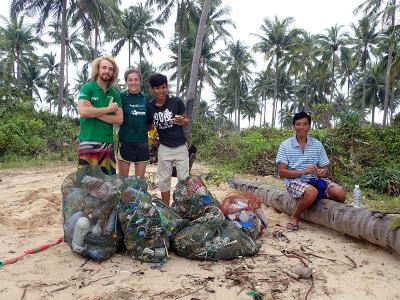 Un volontario di Projects Abroad ha preso parte alle attività di pulizia diella spiaggia in Cambogia