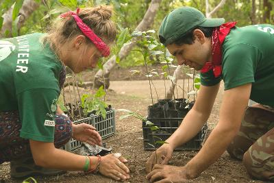 Due volontari di Projects Abroad impegnati in attività di tutela ambientale in Costa Rica