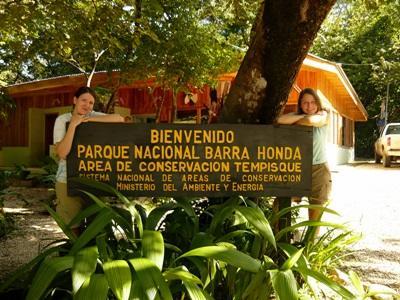 I volontari del progetto di tutela ambientale in Costa Rica in posa fuori dal parco