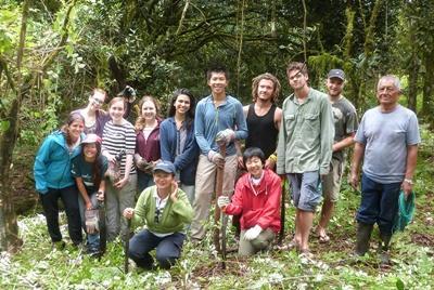 I volontari del progetto di volontariato ambientale in Ecuador posano per una foto