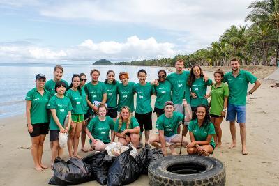 I volontari ambientali di Projects Abroad rimuovono i rifiuti nelle isole Fiji
