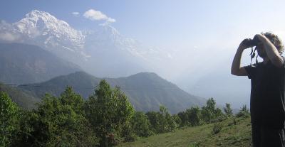 Un volontario del progetto ambientale in Nepal durante le attività di birdwatching