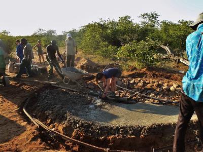 Dei volontari del progetto ambientale costruiscono un abbeveratoio per gli animali in Botswana