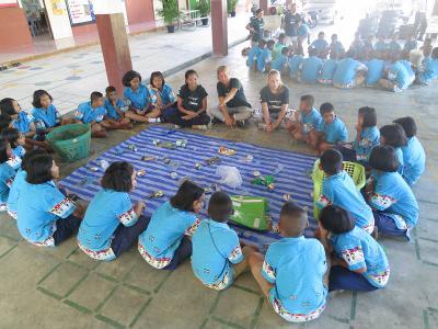 I volontari di projects Abroad durante le attività di Educazione ambientale nelle scuole in Thailandia
