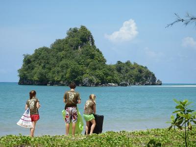 I volontari di Projects Abroad mantengono la spiaggia pulita in Thailandia