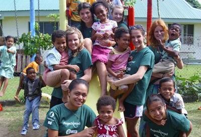 Alcuni volontari in missione umanitaria alle Fiji, intrattengono i bambini locali