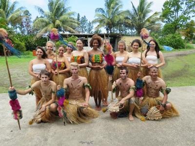 Volontari su una spiaggia delle isole Fiji
