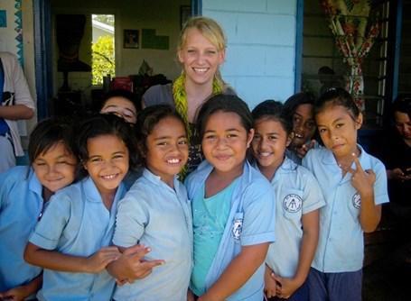 Una volontaria del progetto di insegnamento alle Samoa con un gruppo di alunni