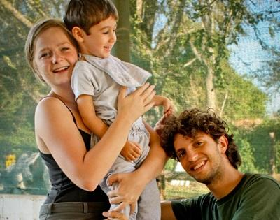 Volontari con un bambino per il progetto di terapia equestre in Argentina