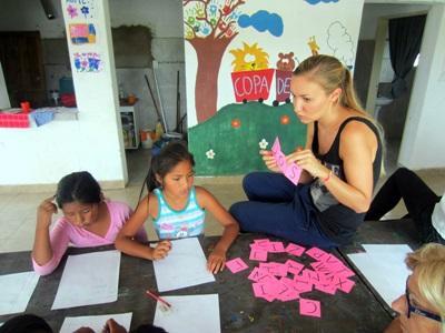 Volontaria con due alunne in Argentina