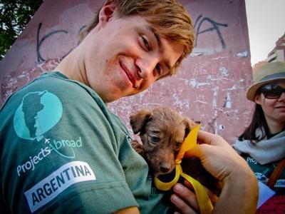Volontario con un cane in Argentina