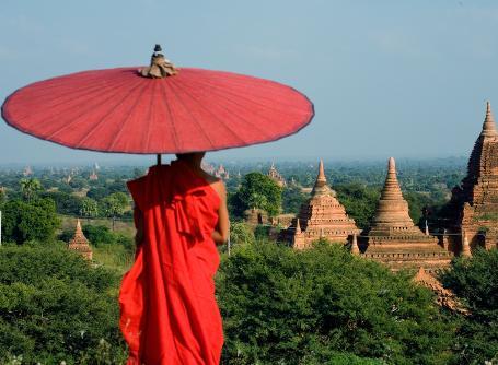 Un Monaco ammira il panorama in Birmania