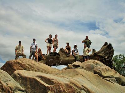 Un gruppo di volontari ambientali di Projects Abroad presso la riserva Wild at Tuli, Botswana