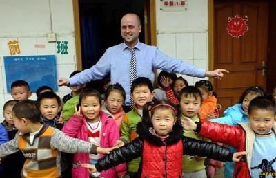 Volontario insegna agli alunni presso una scuola in Cina