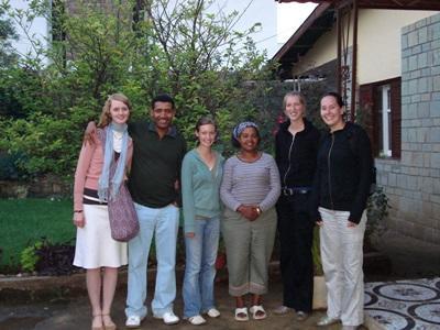 Volontari con la famiglia ospitante in Etiopia