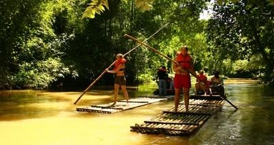 Volontari che fanno rafting durante il loro soggiorno in Giamaica