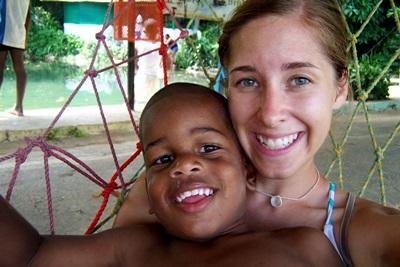 Una volontaria intrattiene un bambino durante una missione umanitaria in  Giamaica
