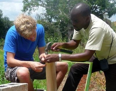 Un volontario del nostro progetto di costruzioni in Giamaica al lavoro