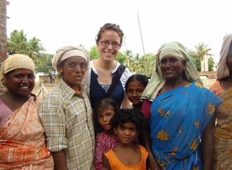 Una volontaria in missione con alcuni locali in india