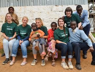 Dei volontari in posa durante il loro periodo di volontariato in Kenya