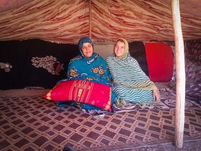 Una volontaria del progetto con I nomadi in Marocco in posa con la mamma della famiglia ospitante