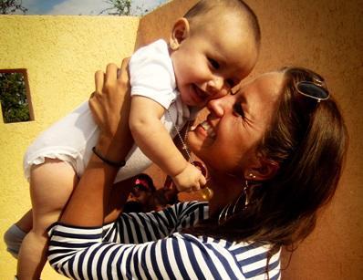 Una volontaria si prende cura di un bambino durante una missione umanitaria a Guadalajara