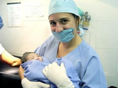 Una volontaria del progetto di medicina in Messico accudisce un neonato