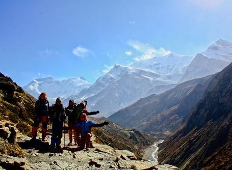 Volontari in escursione sulle montagne del Nepal