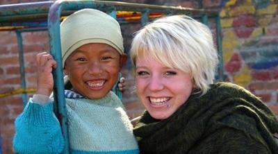 Una volontaria in missione umanitaria si prende cura di un bambino