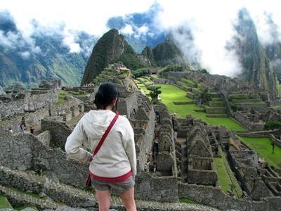 Una volontaria del progetto Inca in Perù tra gli scavi di Huyro
