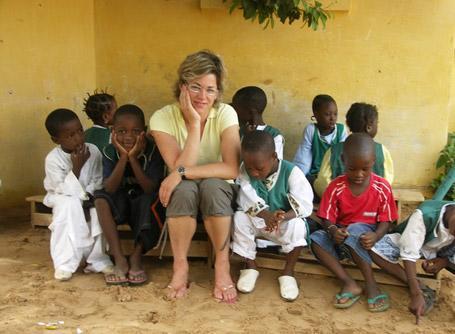 Volontaria con i bambini in Senegal