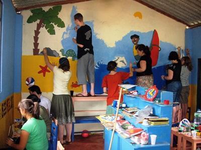 Un gruppo di volontari ristruttura una scuola locale a Colombo