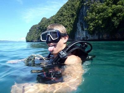 Un volontario del progetto di tutela ambientale in Thailandia prima di un'immersione