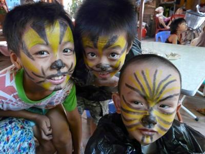 Missioni umanitarie in vietnam, bambini si divertono a dipingere maschere