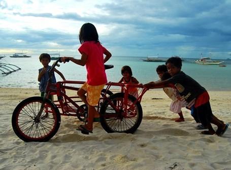 Alcuni bambini del progetto di volontariato alle Filippine giocano sulla spiaggia