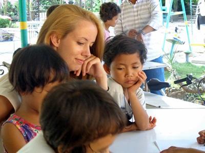 Volontaria insegna ai bambini di una scuola locale alle Filippine