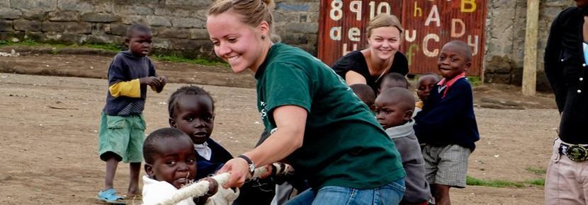 Una volontaria intrattiene i bambini in Ghana