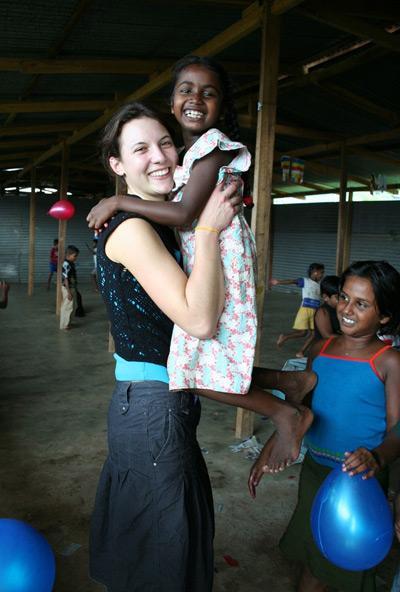 Volontaria impegnata nel progetto di volontariato con i bambini in Sri Lanka