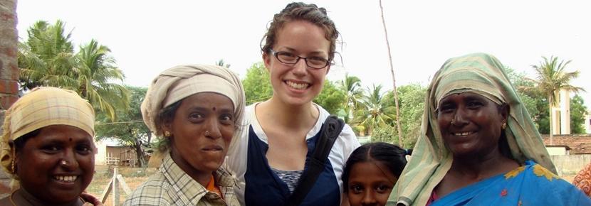 Una volontaria con la famiglia ospitante in India