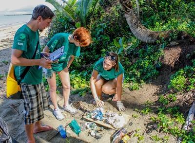 I volontari ambientali di Projects Abroad durante le attività di pulizia della spiaggia nelle Isole Fiji
