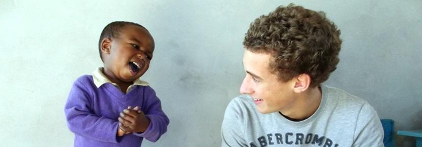 Un volontario con un bambino in Sudafrica