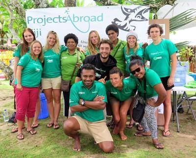 Gruppo di volontari e staff alle Fiji