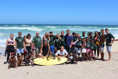 Un gruppo di volontari che ha deciso di trascorrere le vacanze volontariato in Sudafrica