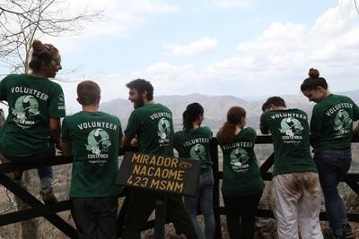 Volontari per l'ambiente ammirano il panorama dal Mirador Nacaome dopo un tour nelle grotte di Barra Honda