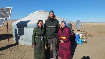 Volontario con la sua famiglia ospitante in Mongolia, Asia